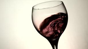 364591762-agitar-vaso-vino-tinto-refresco-transparente